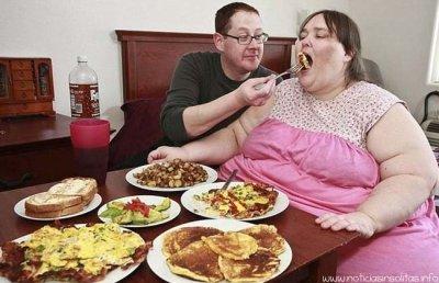 Mujer quiere pesar  730 kilos para conseguir récord